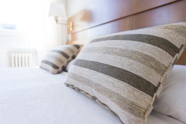 枕の臭くなる原因と今すぐできる対処方法をご紹介。ニオイが気になる方必見!